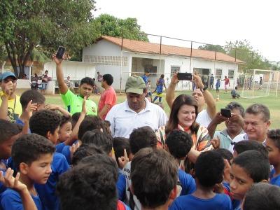 Secretária Wanessa Zavarese Sechim com a garotada