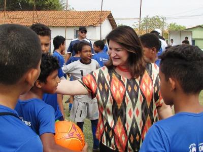 Wanessa Zavarese Sechim conversa com os garotos da Escolinha Nilton Santos