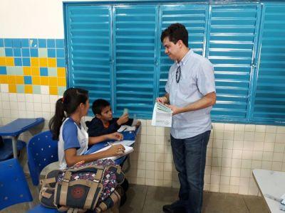 Estudantes e o superintendente Júnior Américo durante panfletagem na Escola Estadual São José