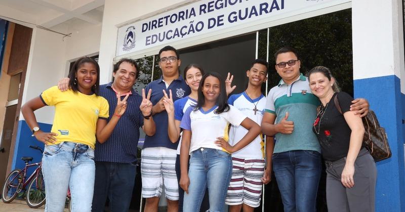 Alunos e ex-alunos do cursinho posam ao lado do professor Júlio e da professora Liberta