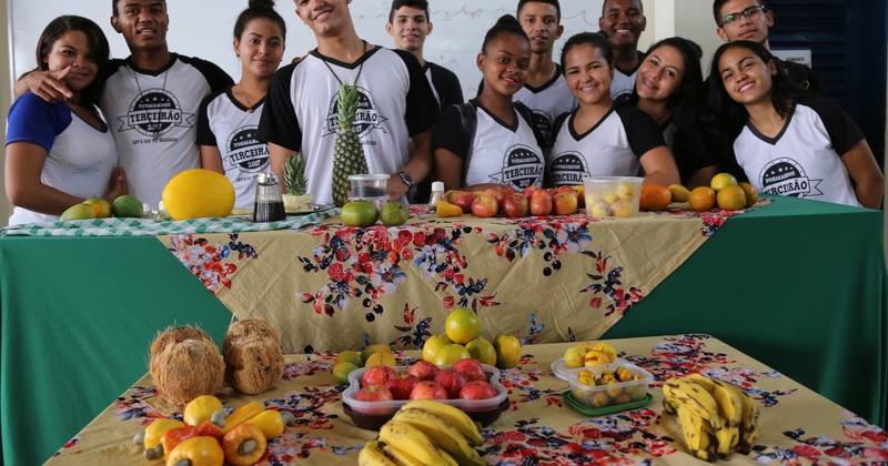 Estudantes expõem sobre as propriedades nutricionais dos alimentos