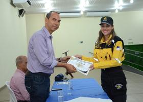 Cel Eudilon Donizete entregando diploma a aluna do curso de Agente de Trânsito em Porto Nacional