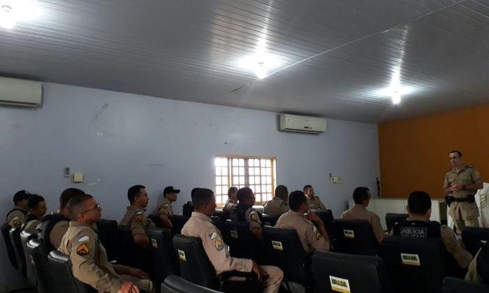Policiais do 9º BPM em instrução de Identifcação Veicular no auditório da unidade.jpeg