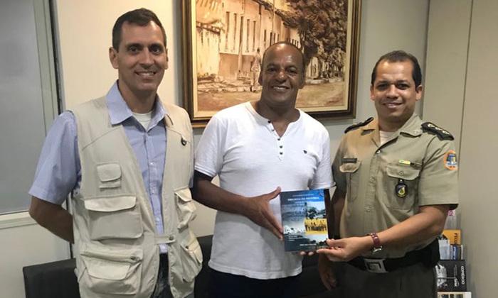 A obra apresenta histórias vivenciadas e fatos acontecidos na Polícia Militar e Corpo de Bombeiros do Estado de Minas Gerais