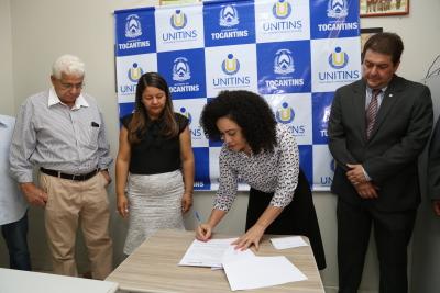 1.1 Secretária de Cidadania e Justiça  Gleidy Braga assina acordo - por Ademir dos Anjos.JPG
