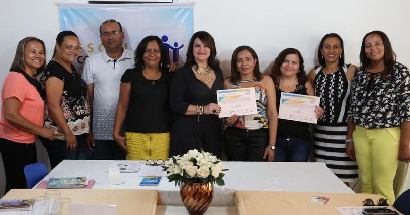 Escolas certificadas, ao lado da secretária Wanessa Sechim e da diretora regional de Arraias, Leila Florêncio