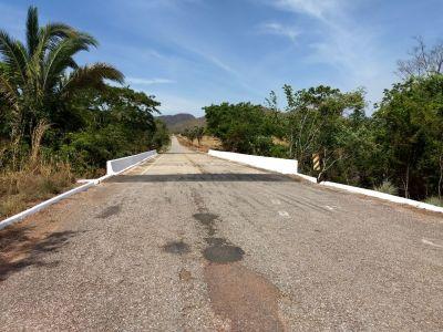 Ponte sobre o ribeirão Cocal TO-387 trecho São Salvador a Palmeirópolis, limpa e pintada
