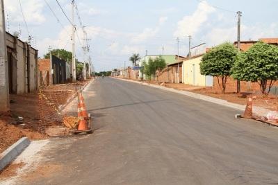 Rede de drenagem, asfalto e meio-fio prontos. Bocas-de-lobo em construção e posteriomente serão feitas as calçadas e a sinalização das ruas do bairro