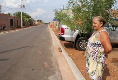 Dona Vitória disse que só acreditaria na obra quando visse passar o asfalto preto na sua rua