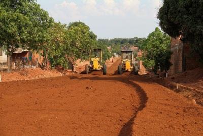 Várias ruas encontram-se com as máquinas preparando a base para receber o asfalto