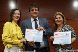 Professor Sérgio Augusto e a gerente jurídica do Procon-TO, Núblia Dias  recebem certificado de mediadores. Ademir dos Anos.JPG