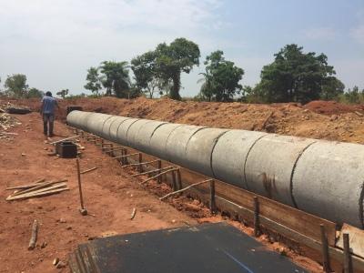 Um dos bueiros tubulares para drenagem de águas pluviais na rodovia