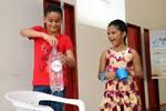Crianças participam de dinâmica com garrafinha pet que mostra como funciona a pressão atmosférica