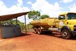 Caminhão pipa abastece cisterna do programa Água para Todos na zona rural de Monte do Carmo