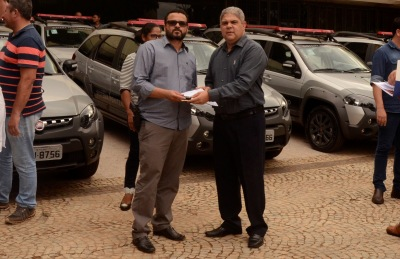 Secretário Glauber de Oliveira Santos entrega chave a chefe de unidade prisional