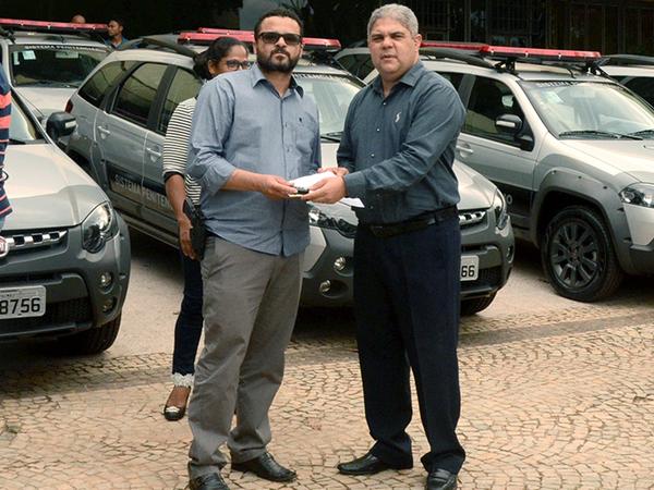 Secretário Glauber de Oliveira Santos entrega chave de veículo a chefe de unidade prisional