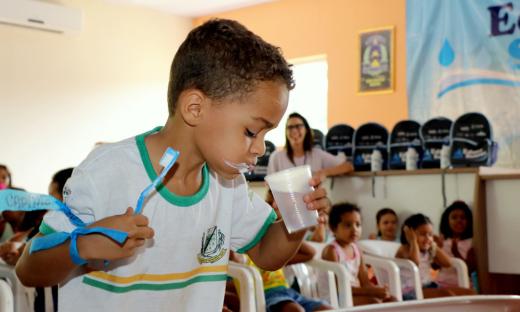 Crianças participam de gincana que estimula economia de água nas atividades diárias, como a escovação de dentes