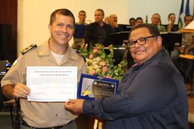Maestro Sandoval Cardoso recebe certificados e placa de homenagem.JPG