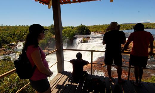A Cachoeira da Velha é um dos principais pontos turísticos do Jalapão e atrai centenas de visitantes