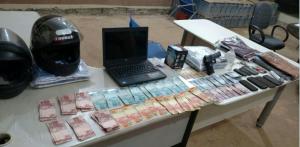 Dinheiro e demais objetos recuperados pela PM, após roubbo no Jardim Aureny I.png
