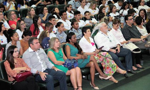 Profissionais  da educação e alunos durante o seminário