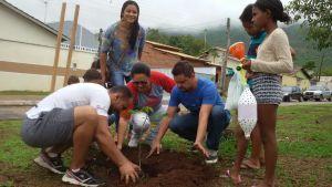 Plantio de mudas na área da escola também foi um dos focos da ação