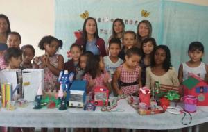 Oficina de material reciclável resultou em brinquedos para criançada
