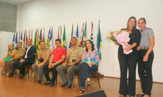 Na solenidade de encerramento do Projeto Trânsito Jovem, a governadora em exercício, Claudia Lelis, foi homenageada pelos alunos do Colégio Militar de Palmas