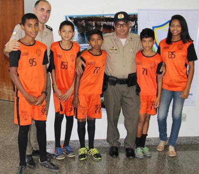 Alunos da escolinha comunitária de futebol do 6º Batalhão