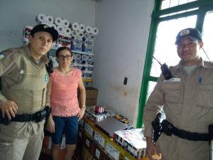 Policiais militares fazendo a entrega dos objetos recuperados a vítima Maria Goretti_300.jpg