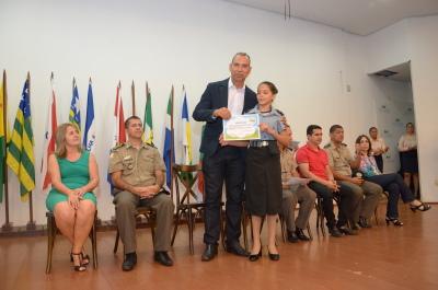 Presidente do Detran entrega Certificado de Conclusão de Curso para aluna do 6º ano