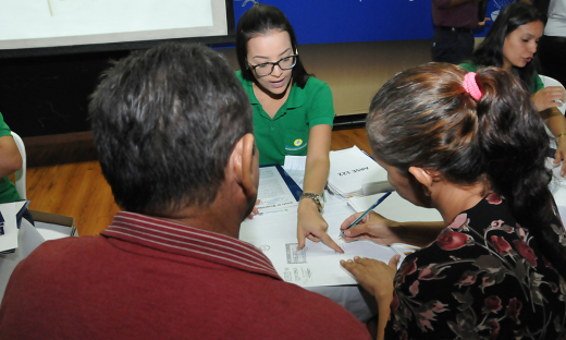 Claudia Lelis entrega títulos registrados de imóveis da região dos Aurenys