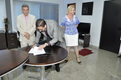 Secretário assina Termo de Cooperação com o MPE