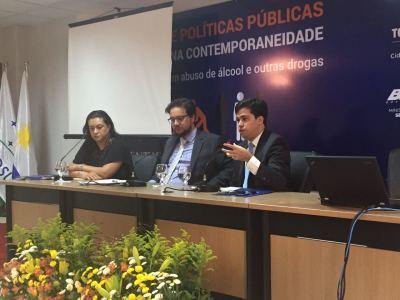 Mesa com o superintendente de Ações sobre Drogas da Seciju, José Américo Junior.