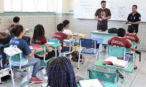 Os servidores Danilo Machado e Leandro Souza visitarão 26 escolas municipais