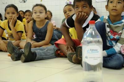 Crianças da Escola Municipal Machado de Assis durante atividades do Educa Sanear realizadas na instituição