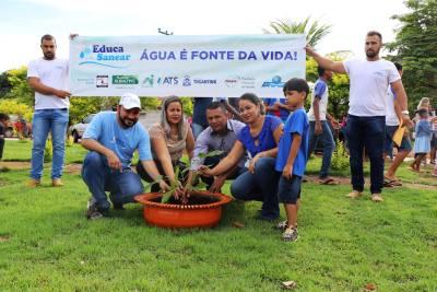Eder Fernandes e o prefeito Edinho Castro realizam plantio de mudas na praça da cidade