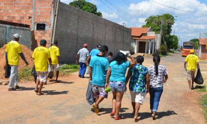 Detentos coletam lixo e realizam limpeza em locais específicos do município. Além disso, participam também de palestras sobre a importância da ação
