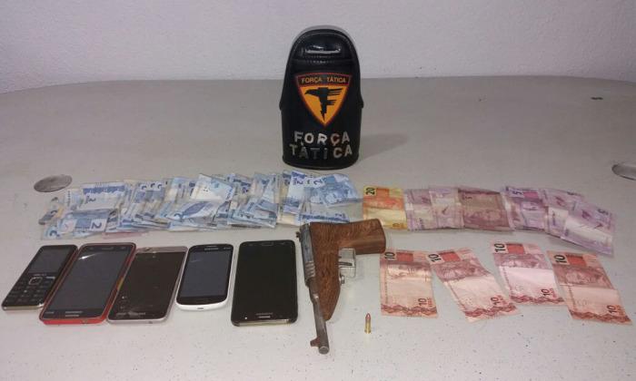 Com os homens presos foram apreendidos aparelhos celulares, dinheiro e uma arma de fogo de fabricação caseira