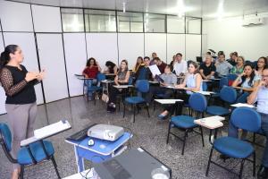 Analista técnica jurídica, Arteniza Sena durante ministração da palestra -Ademir dos Anjos.JPG