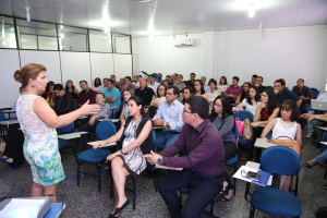 Gerente do Jurídico e Contencioso do Procon-TO Núbia Dias Gomes Batista  orientando cursistas.JPG