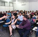 A gerente do Jurídico e Contencioso do Procon, Núbia Dias, orienta cursistas