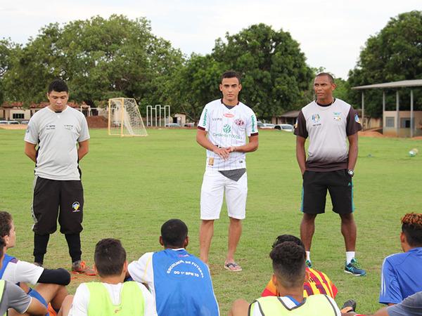 Atletas da escolinha do 1º Batalhão recebem visita de jogador profissional