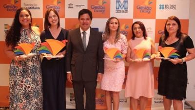 O ministro da Educação posa com as gestoras premiadas nas cinco regiões do País