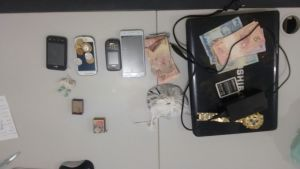 Drogas, dinheiro e demais objetos apreendidos pela PM com suspeitos de tráfico de drogas em Palmas