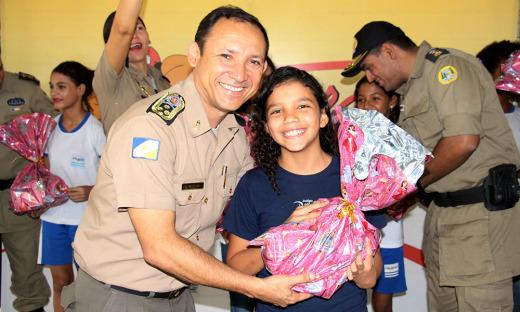 Comandante geral da PM, coronel Edvan de Jesus Silva, entrega premiação