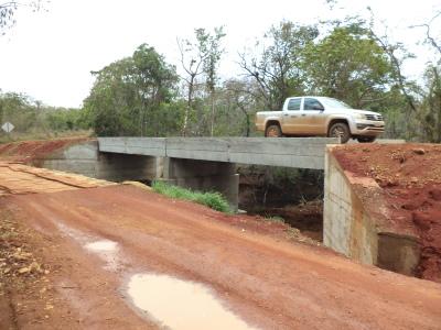 A nova ponte vai substituir a velha ponte de madeira. Mais segurança viária e melhores condições de escoamento da produção rural