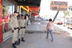 Policiais militares estarão presentes nas avenidas com grande fluxo de pessoas.JPG