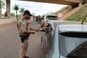Durante a Operação a PM intesificará as abordagens a veículos em todo o Estado.JPG