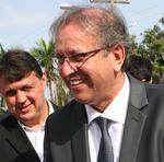 O governador e o secretário visitam exposição de artesanato
